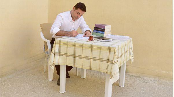 """Demirtaş: """"Tutuklu 12 FETÖ savcısının iddialarıyla içerdeyim, herkes üç maymunu oynuyor"""""""