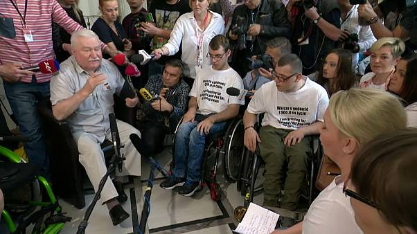 "Wałęsa exprime ""Solidarność"" para com deficientes polacos"