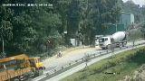 شاهد: خطاف رافعة يتسبب باصطدام شاحنتين ودهس دراج بالصين