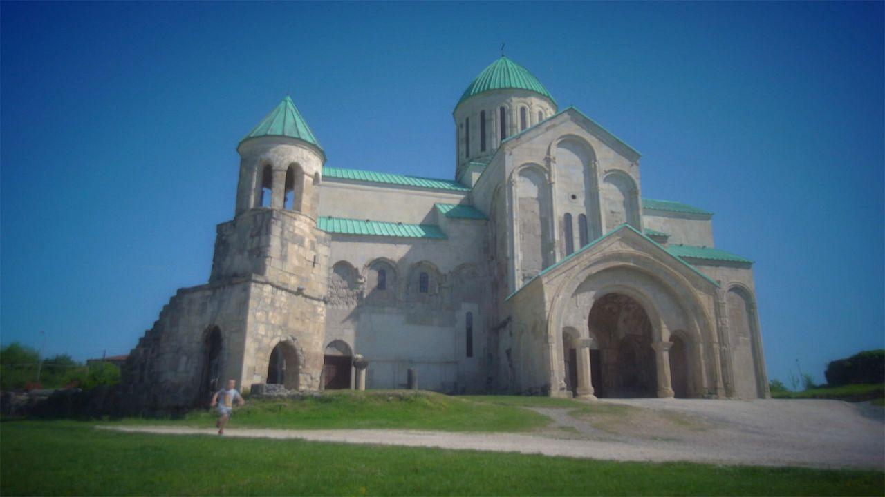 "كاتدرائية ""باغراتي"" تقف شامخة في جورجيا"