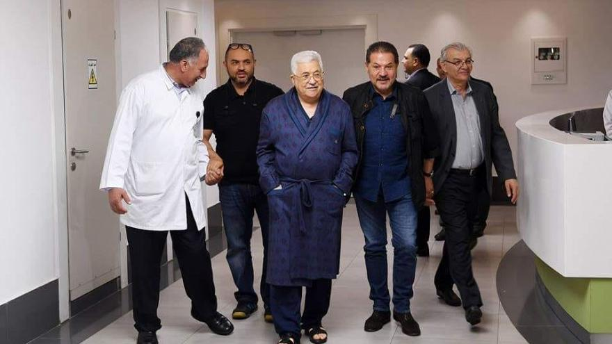 الرئيس الفلسطيني محمود عباس أثناء تجوله بالمستشفى