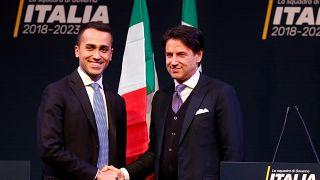 Luigi di Maio (izquierda) da la mano a Giuseppe Conte (derecha)