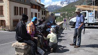 Zwischen Frankreich und Italien helfen Freiwillige Flüchtlingen