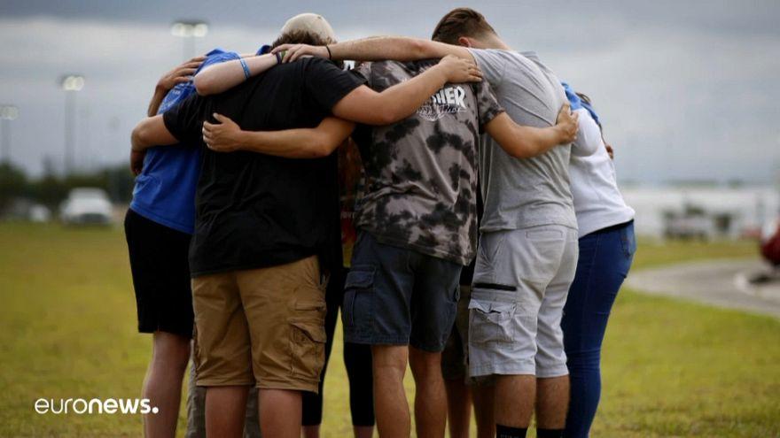 صورة اليوم: طلاب يصلون على أرواح ضحايا حادث مدرسة تكساس