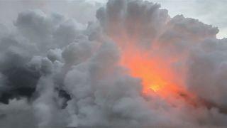 شاهد: سحابة بيضاء من المواد السامة تغطي سماء هاواي