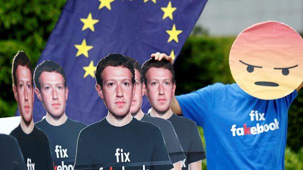 Manifestantes protestan en Bruselas contra la plataforma Facebook.
