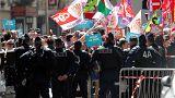 Francia, nuova giornata di scioperi contro i tagli di Macron: scontri e arresti a Parigi