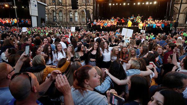 Manchester lembra vítimas de atentado suicida