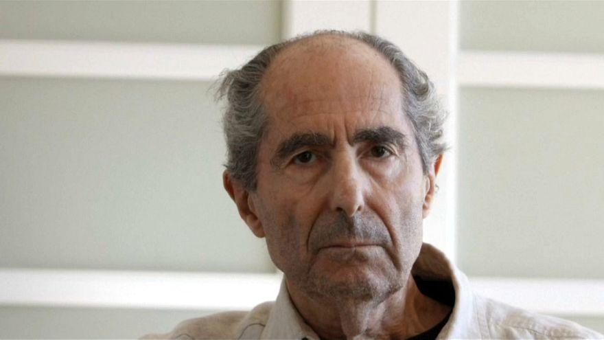 وفاة الكاتب الأمريكي الفائز بجائزة بوليتزر فيليب روث عن عمر ناهز 85 عاما