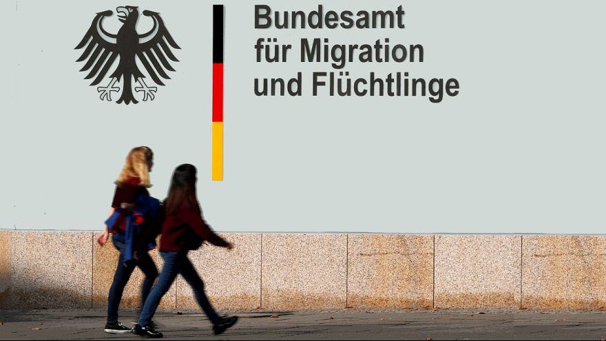 بررسی پیش از موعد هزاران درخواست پناهندگی در آلمان به دلیل احتمال رشوهگیری