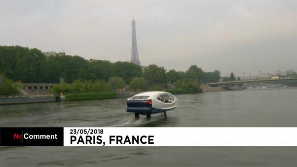 """Un """"taxi volador"""" en las aguas del Sena en París"""