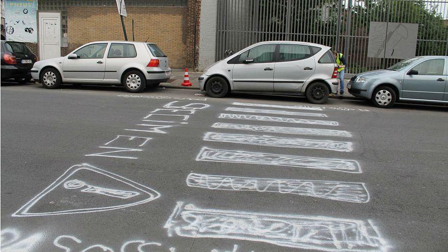 Besorgte Anwohner der Rue Marsui in Brüssel malen