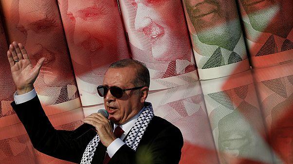 توقعات وكالة بلومبيرغ حول مستقبل تركيا المالي في ظل الانهيار المتواصل لليرة