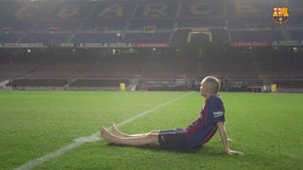 Descalzo y emocionado, Iniesta se despide del Camp Nou