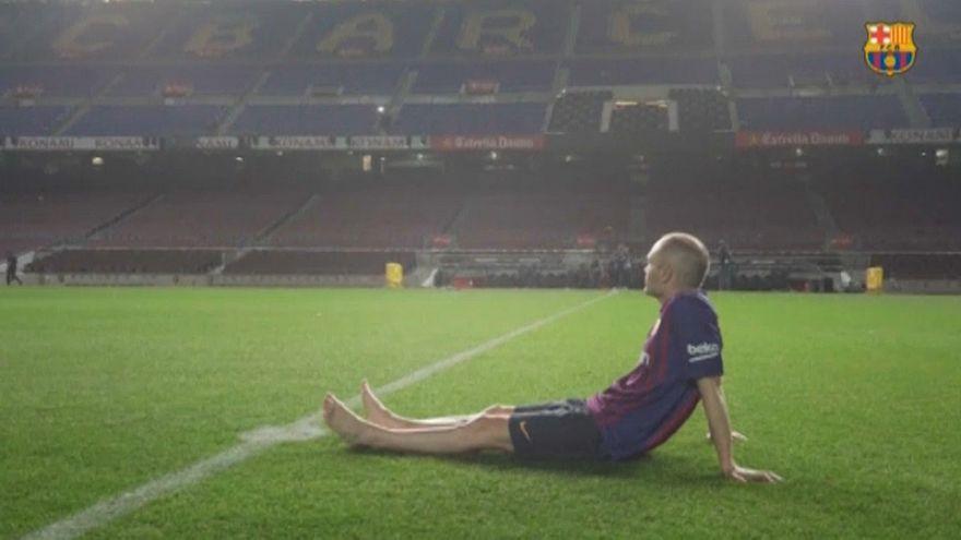 Scalzo ed emozionato, Iniesta dice addio al Camp Nou