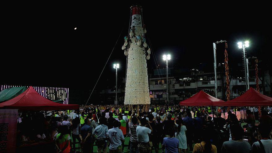 Im Mondlicht erklettern Teilnehmer den Brötchen- oder Knödelberg