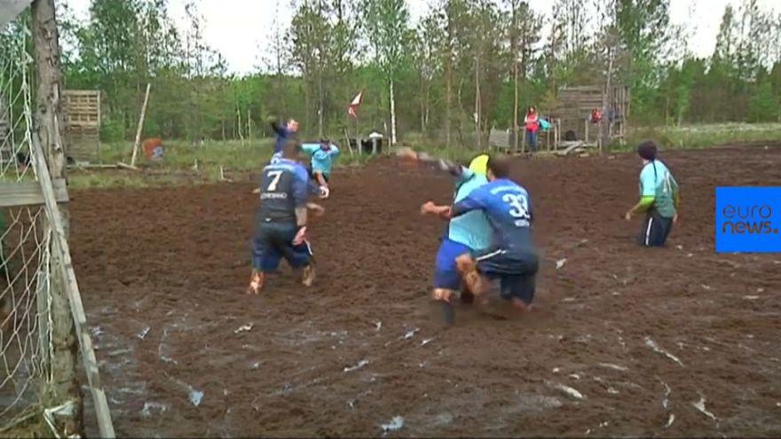 """Quando si dice """"giocare sporco"""": in Russia partite di calcio nelle paludi"""
