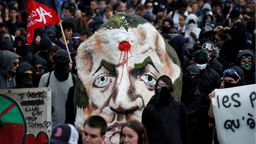 شاهد: ملثمون في مظاهرات باريس وهم يحرقون دمية ماكرون