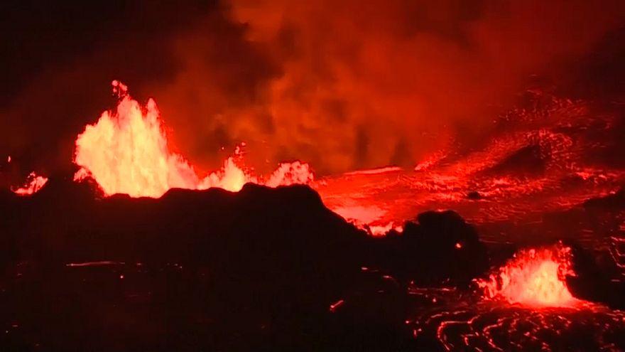 شاهد: حمم بركان كيلاويا تضيء الليل
