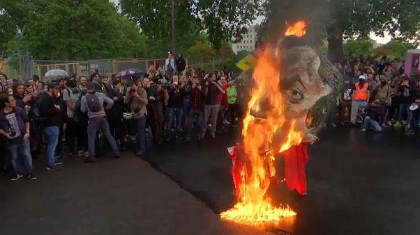 Queman una efigie de Macron en el centro de París