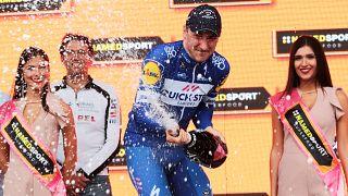 Viviani 'mete a quarta' e Yates segura a liderança no Giro