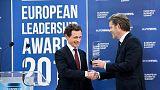 Ο CEO του euronews Μάικλ Πίτερσ παραδίδει το βραβείο «Ηγέτης της χρονιάς»