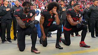 Amerikan Futbol Federasyonu milli marşta diz çökenlere ceza verecek