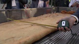 Napoli: pizza fritta più lunga al mondo, è record
