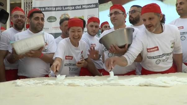 Une pizza frite de plus de 7 m, un record à Naples !