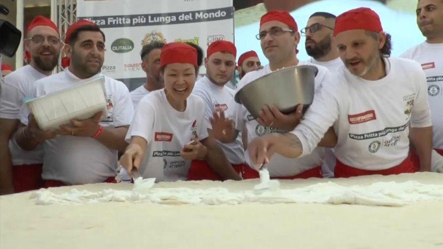 Une pizza frite de plus de 7 m, un record à Naples!