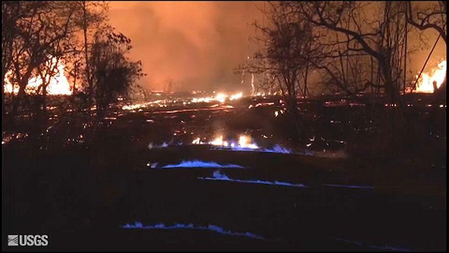 Kék lángok csaptak fel a vulkánkitörés helyszínén