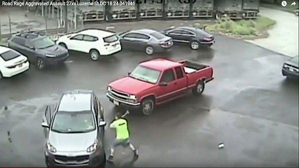 Wutausbruch mit Vorschlaghammer: Mann attackiert Auto und Beifahrer