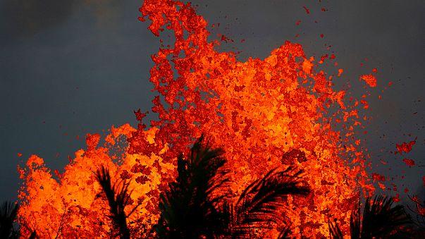 شاهد نوافير الصهارة البركانية تنطلق من جوف الأرض في هاواي