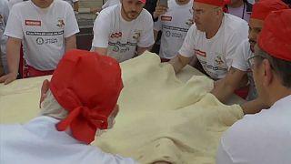 100 Pizzaioli backen die größte Pizza der Welt - mit 83 Kilo Mehl
