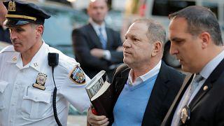 Weinstein si consegna: è accusato di stupro, cauzione milionaria