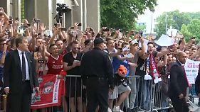 Los aficionados reciben al Real Madrid y al Liverpool a su llegada a Kiev