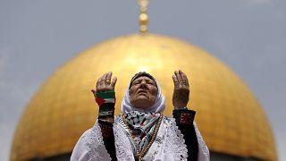 شاهد: حشود الفلسطينيين يؤدون صلاة الجمعة الثانية من رمضان في ثاني الحرمين الشريفين