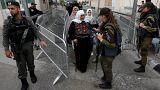 سيدات فلسطينيات يتوجهن لأداء صلاة الجمعة