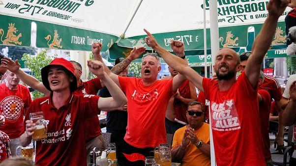 Adeptos do Liverpool celebram em Kiev
