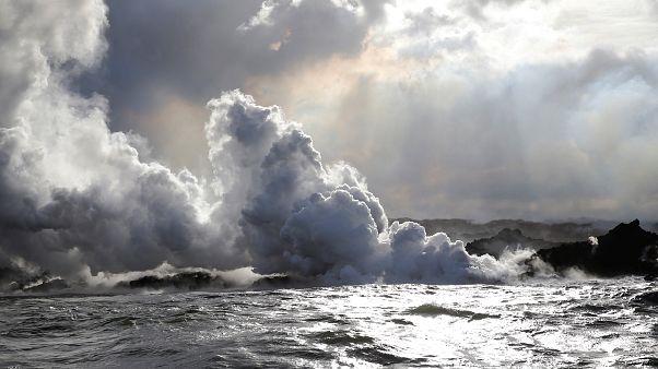 In Hawaii speit der Kilauea Lava in den Pazifik