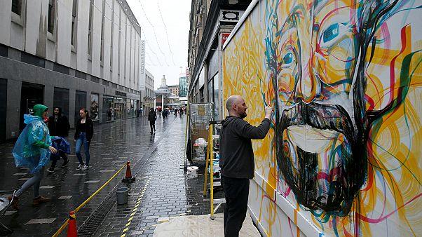 الرسام غاي مكنلي أثناء رسم لوحة جدارية لمحمد صلاح في ليفربول يوم الجمعة