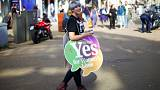 Iρλανδία: Ευρεία νίκη του «ναι» στις αμβλώσεις δείχνουν τα exit poll