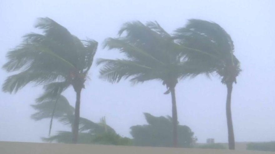 Cyclone batters Oman