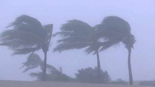 Umman Mekunu Kasırgası'na teslim