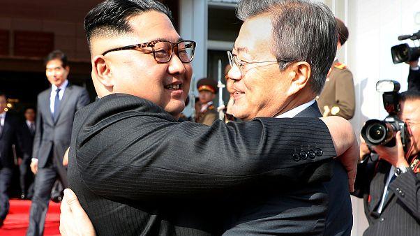 رئيس كوريا الجنوبية مون جيه-إن مع زعيم كوريا الشمالية كيم جونغ أون