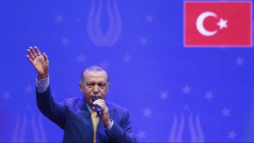 اردوغان: هرچه دلار و یورو زیر بالشت نگه داشتهاید را به لیر تبدیل کنید