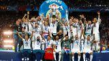 لاعبو فريق نادي ريال مدريد الإسباني خلال رفع كأس نهائي أبطال أوروبا لكرة ال