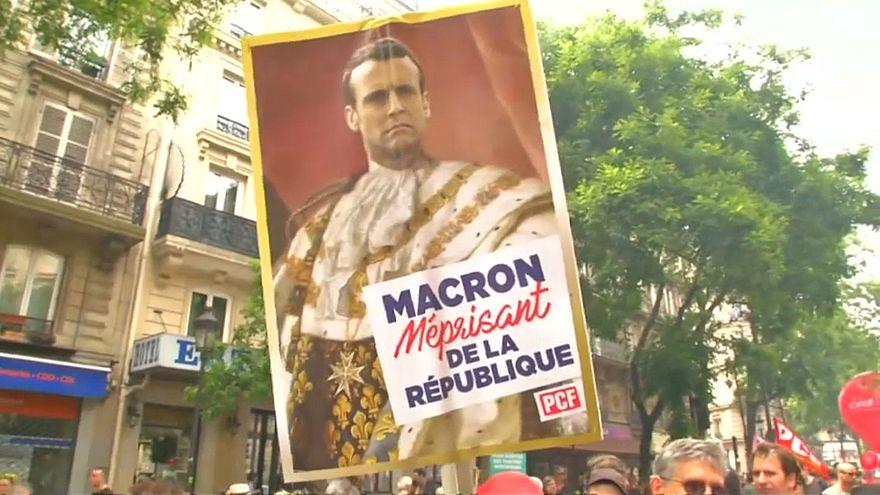 لافتة تظهر ماكون كملك أثناء مظاهرات في باريس