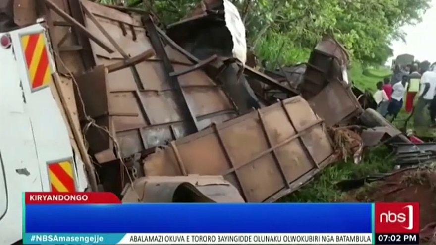 Ein Bus in Uganda liegt nach einem Unfall auf der Seite