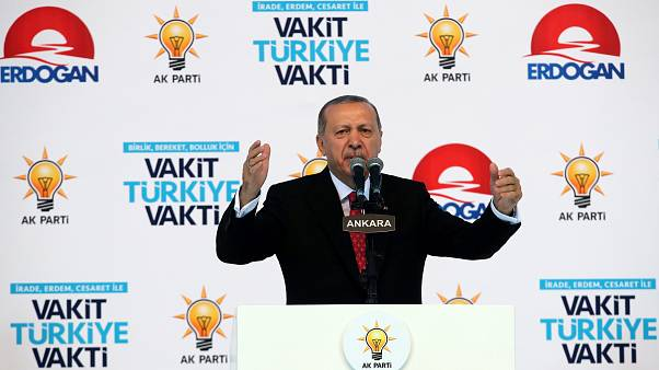 Erdogan ruft Türken auf, Euro und Dollar in Lira umzutauschen